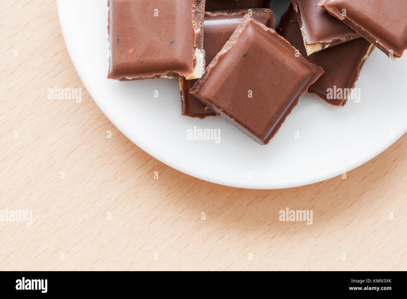 schokolade mit n ssen auf einem teller stockfoto bild 167650523 alamy. Black Bedroom Furniture Sets. Home Design Ideas