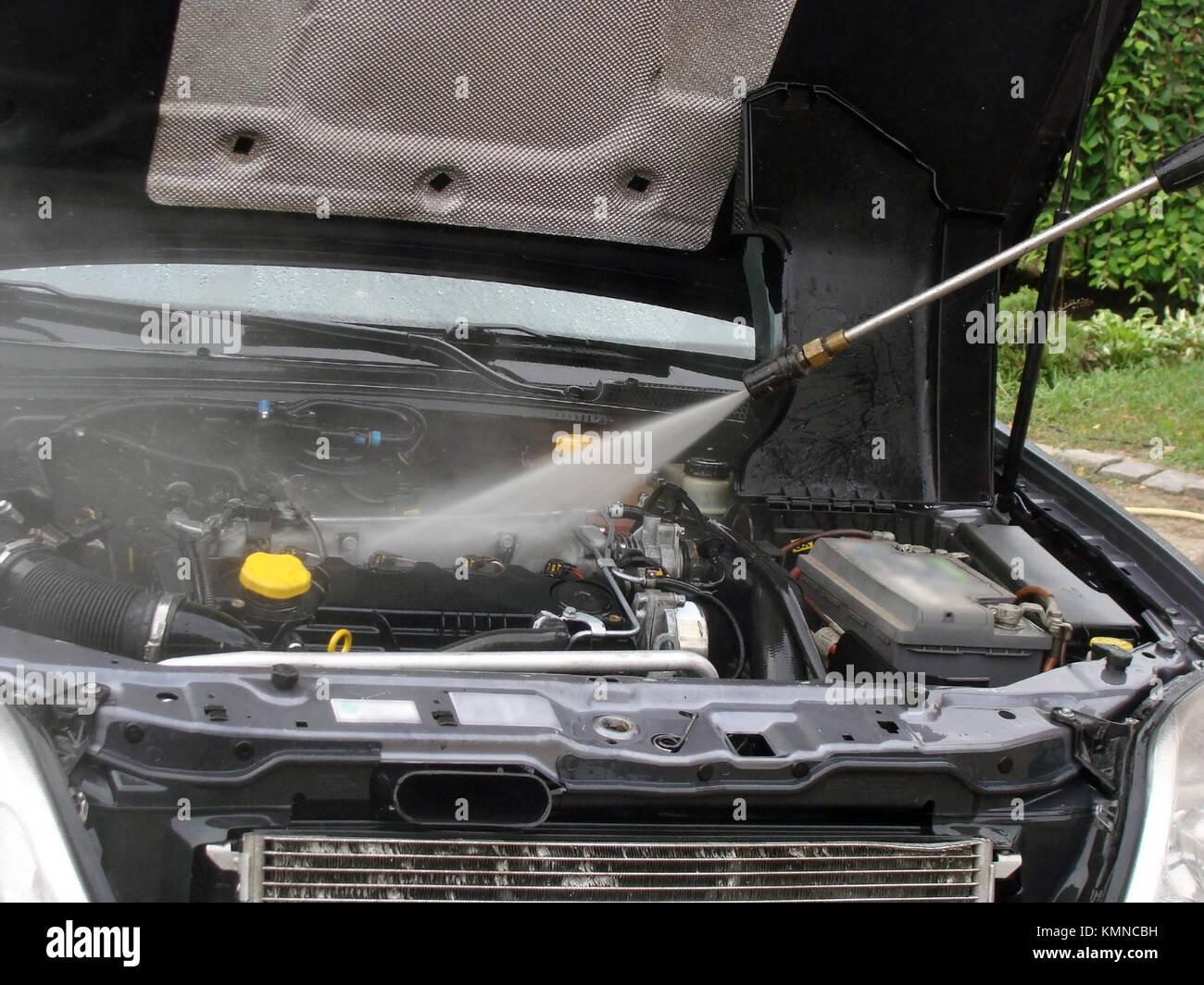 Auto Motor Reinigung mit Hochdruck-Wasserstrahl Stockfoto, Bild ...