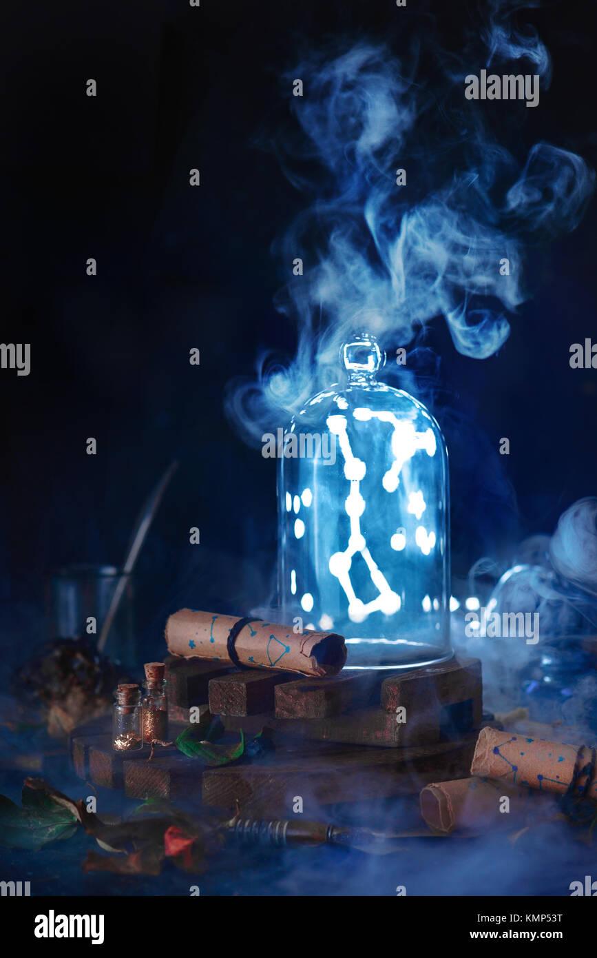 Big Dipper Sternbild in einer Glaskuppel als Sammlung Los gefangen. Astrologie Konzept mit dunklem Hintergrund und Stockbild