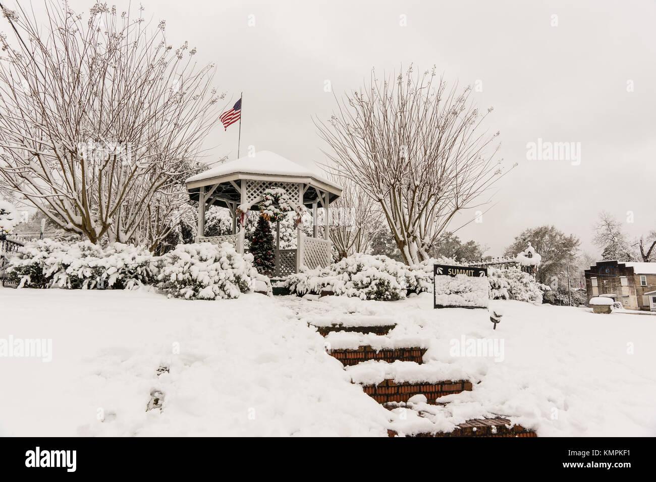 Gipfel, USA. 8. Dezember 2017. Schnee in der Innenstadt von Gipfel ansammelt, Mississippi am Freitag, 8. Dezember Stockbild