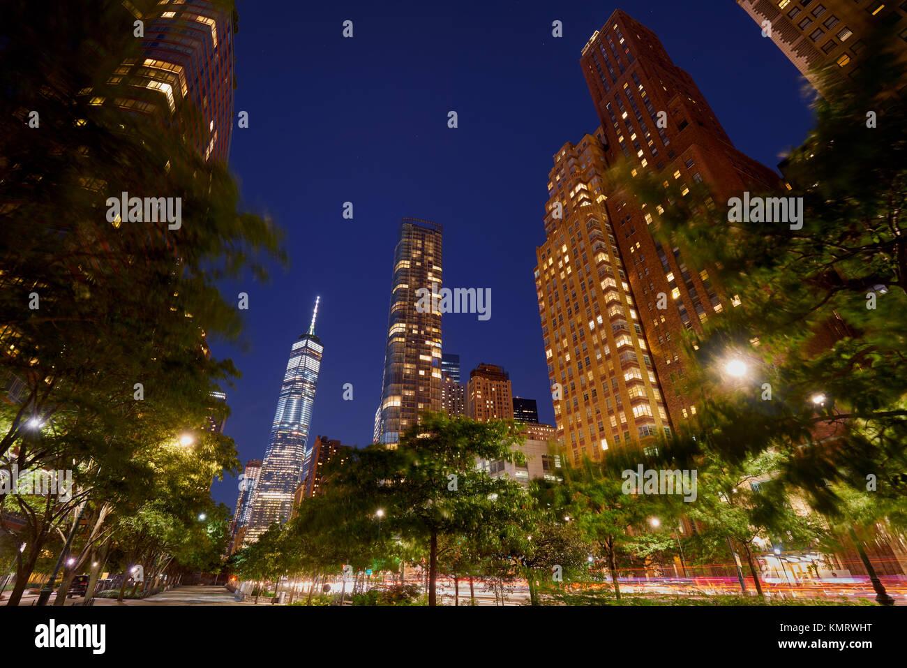 West Street in Lower Manhattan mit seinen skyscrapeers (50 West Street und das One World Trade Center) in der Dämmerung. Stockbild