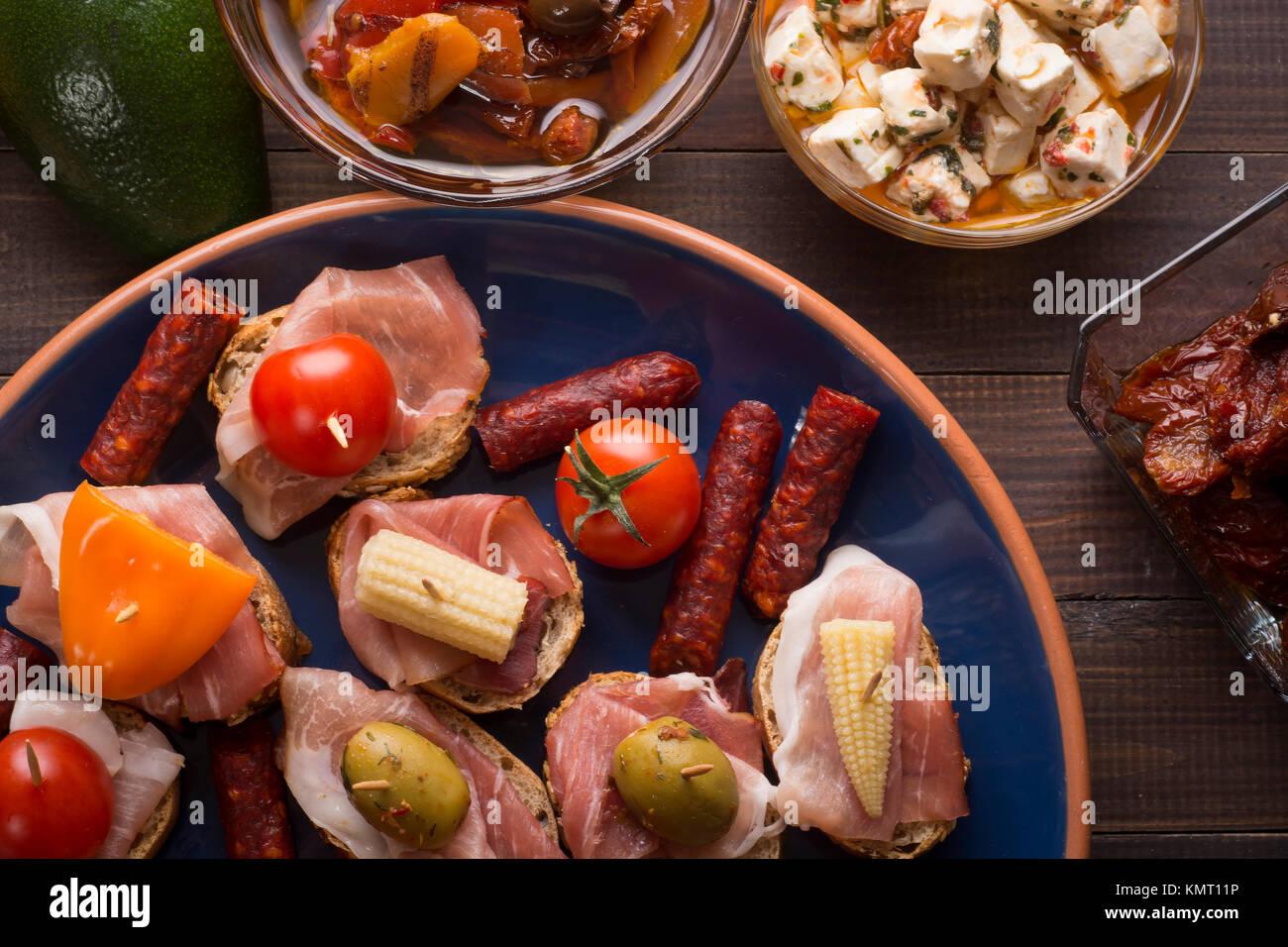 Teilen gemischt spanische Tapas Vorspeisen auf dem Tisch. Ansicht von oben Stockbild
