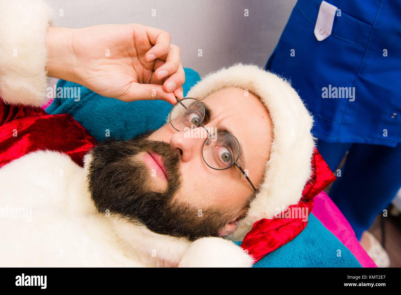 Spa Gesichtsmaske Anwendung. Weihnachten Mann in Santa Claus ...