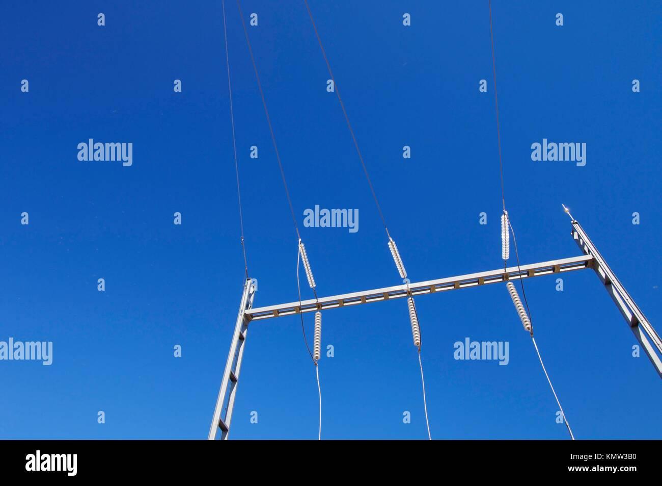 Detaillierte elektrische Verkabelung in einer Unterstation mit einem klaren blauen Himmel Stockbild