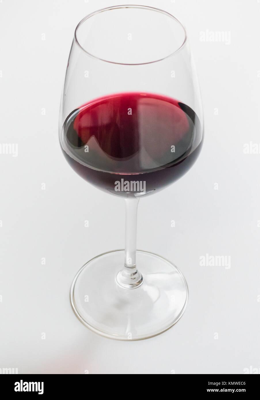 Eine gießen Rotwein in einem stammte aus Glas Stockbild
