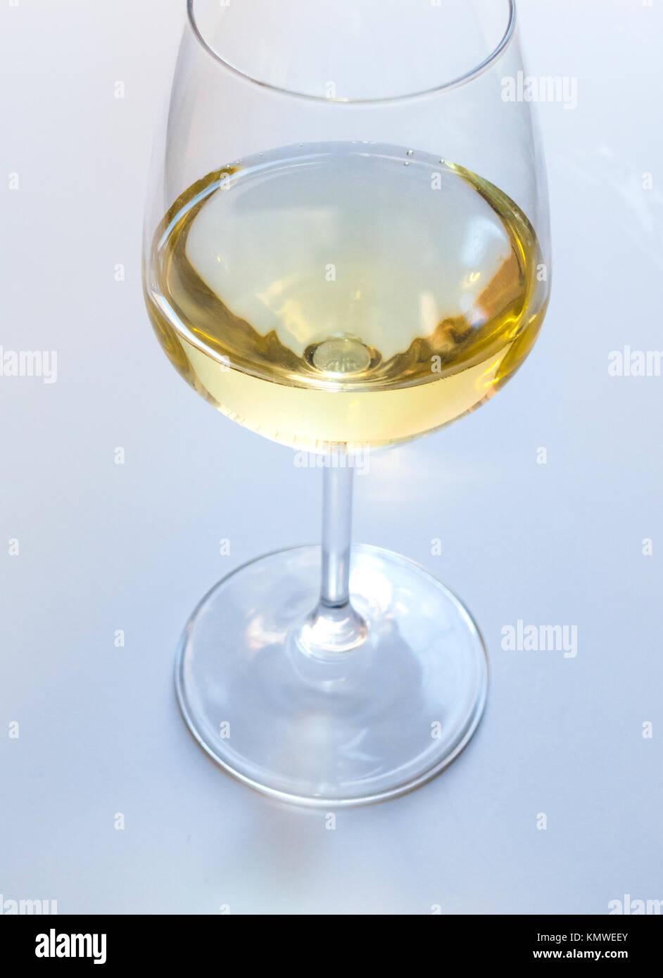 Eine gießen Weißwein in einem stammte aus Glas Stockbild