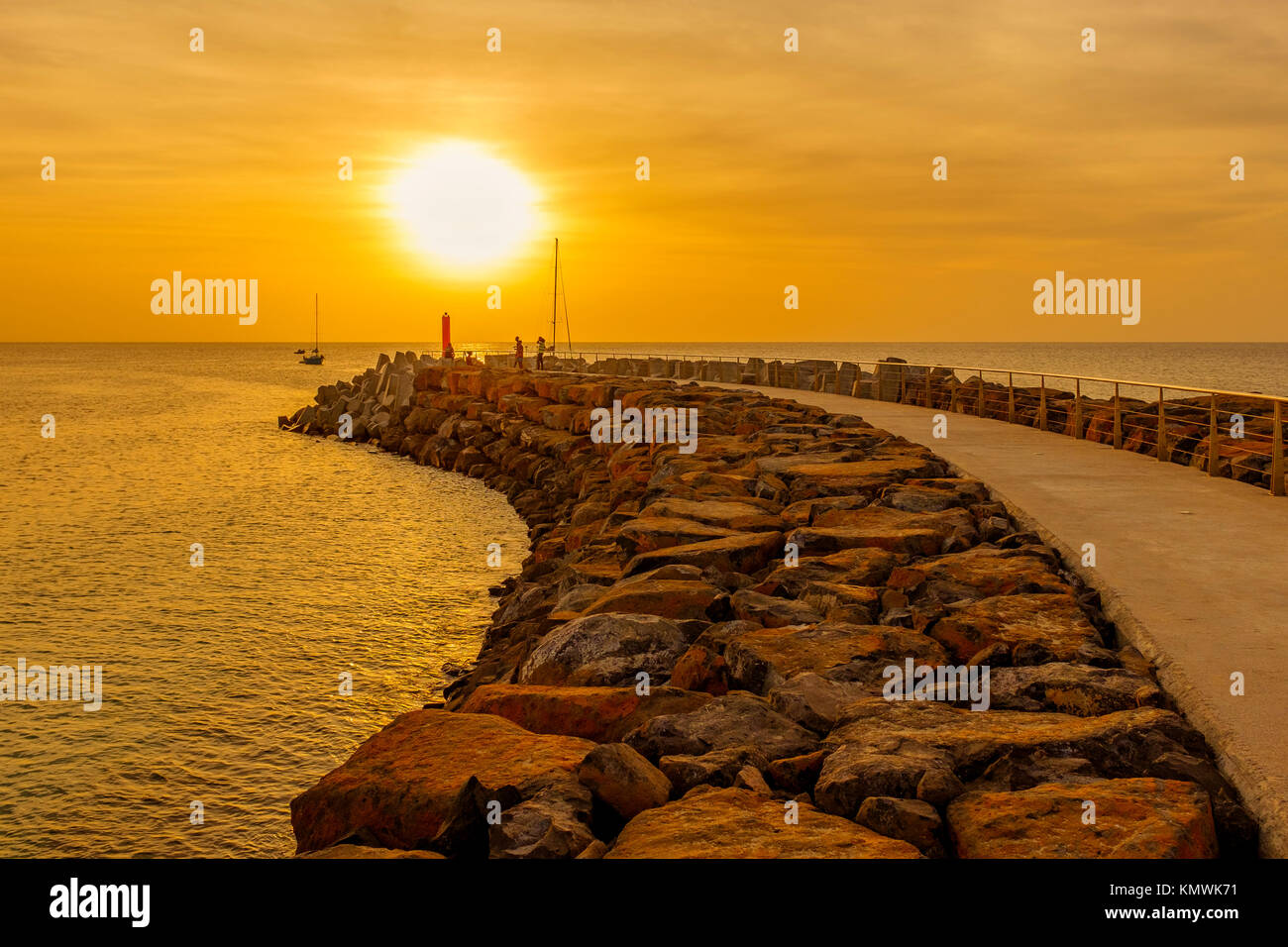Sonnenuntergang über dem Pier auf Bikini Bay, Sal, Salina, Kap Verde, Afrika Stockbild