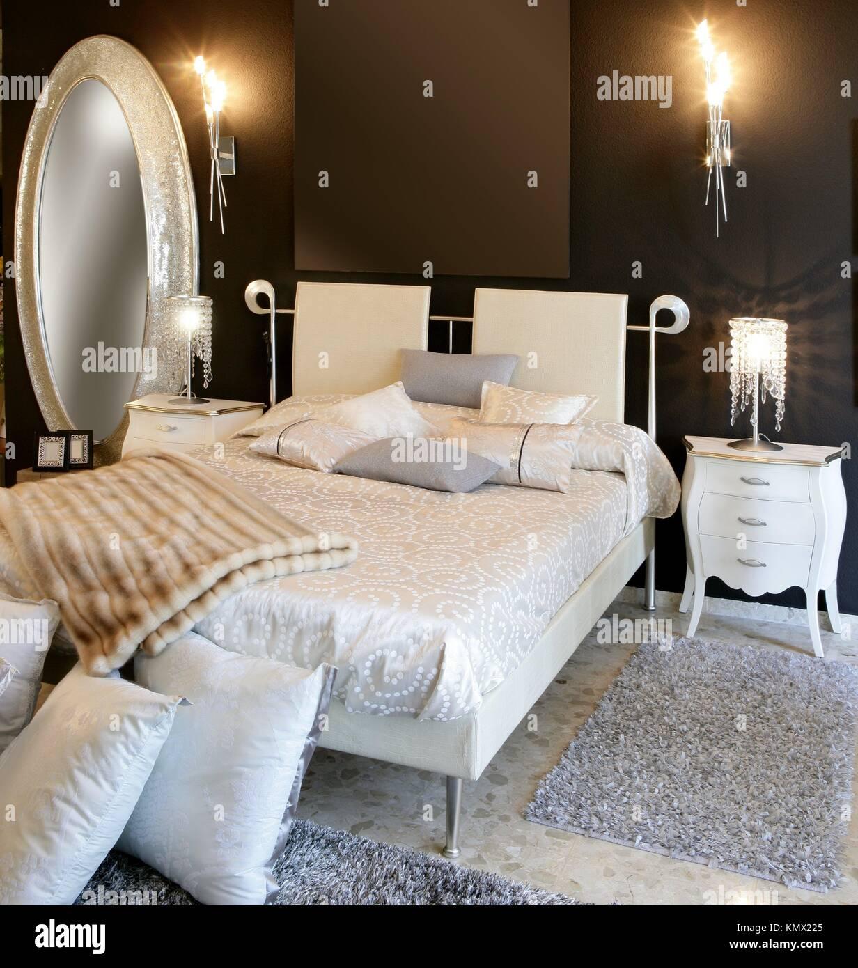 Moderne Silber ovale Spiegel schwarz weißen Bett Schlafzimmerwand ...