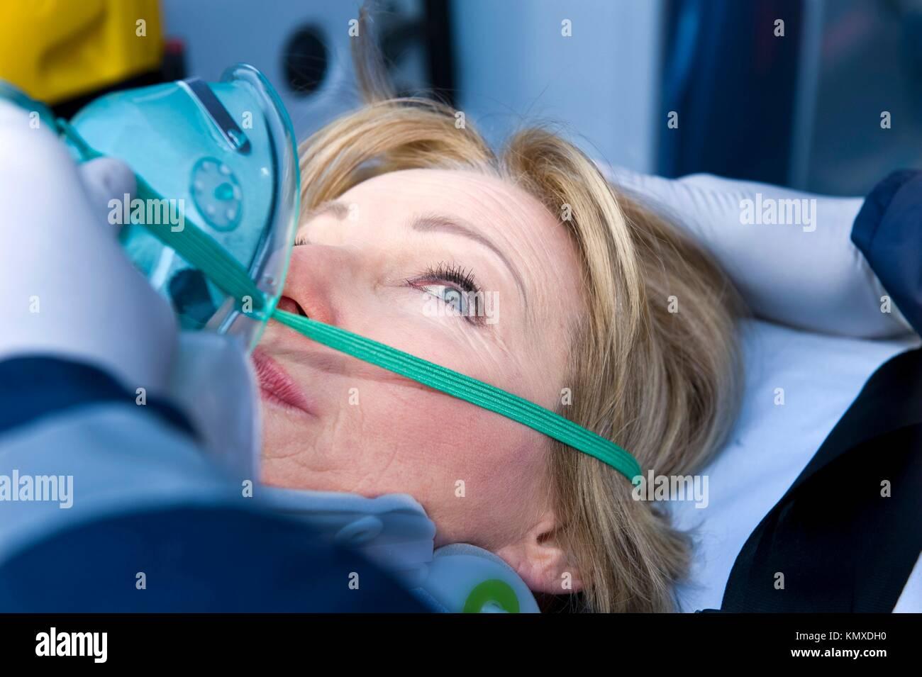 Verletzte Frau, Erste Hilfe Stockbild