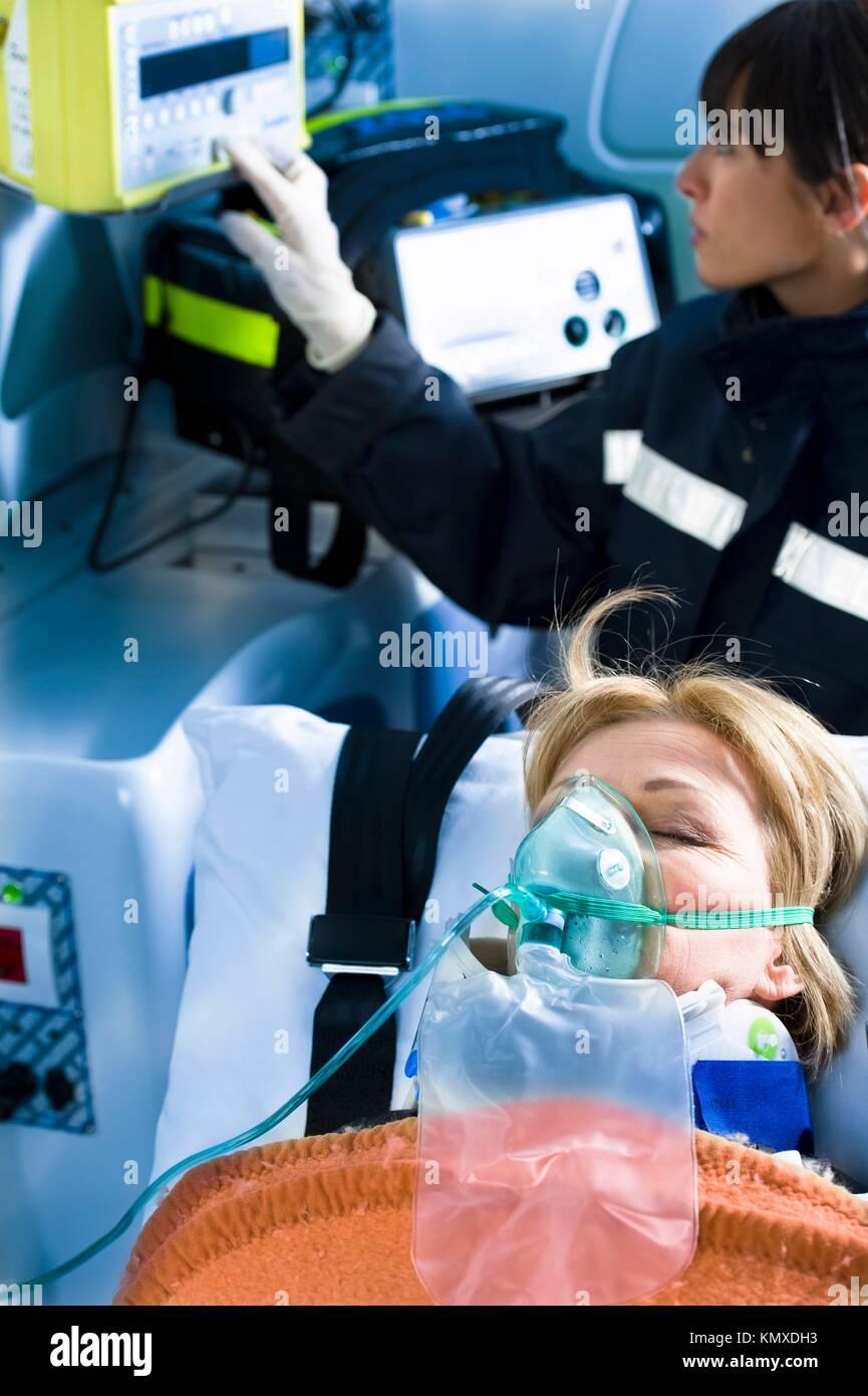 Sanitäter mit Patient Stockbild