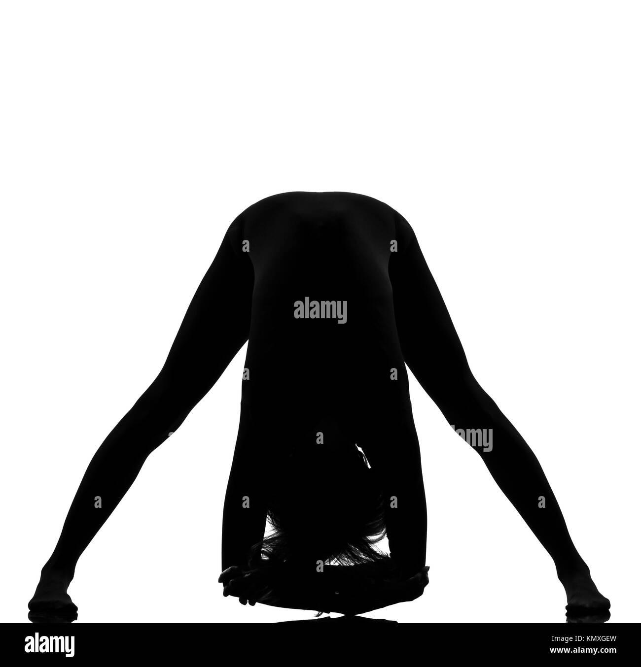 Frau Ausübung Fitness Yoga stretching im Schatten Graustufen Silhouette voller Länge im Studio weißen Stockbild