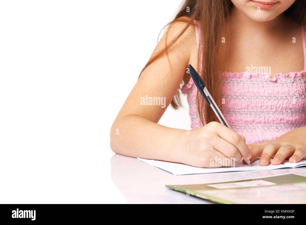 Nahaufnahme der Hand ein kleines Mädchen schreiben Etwas, das in der Kopie - Buch Stockfoto