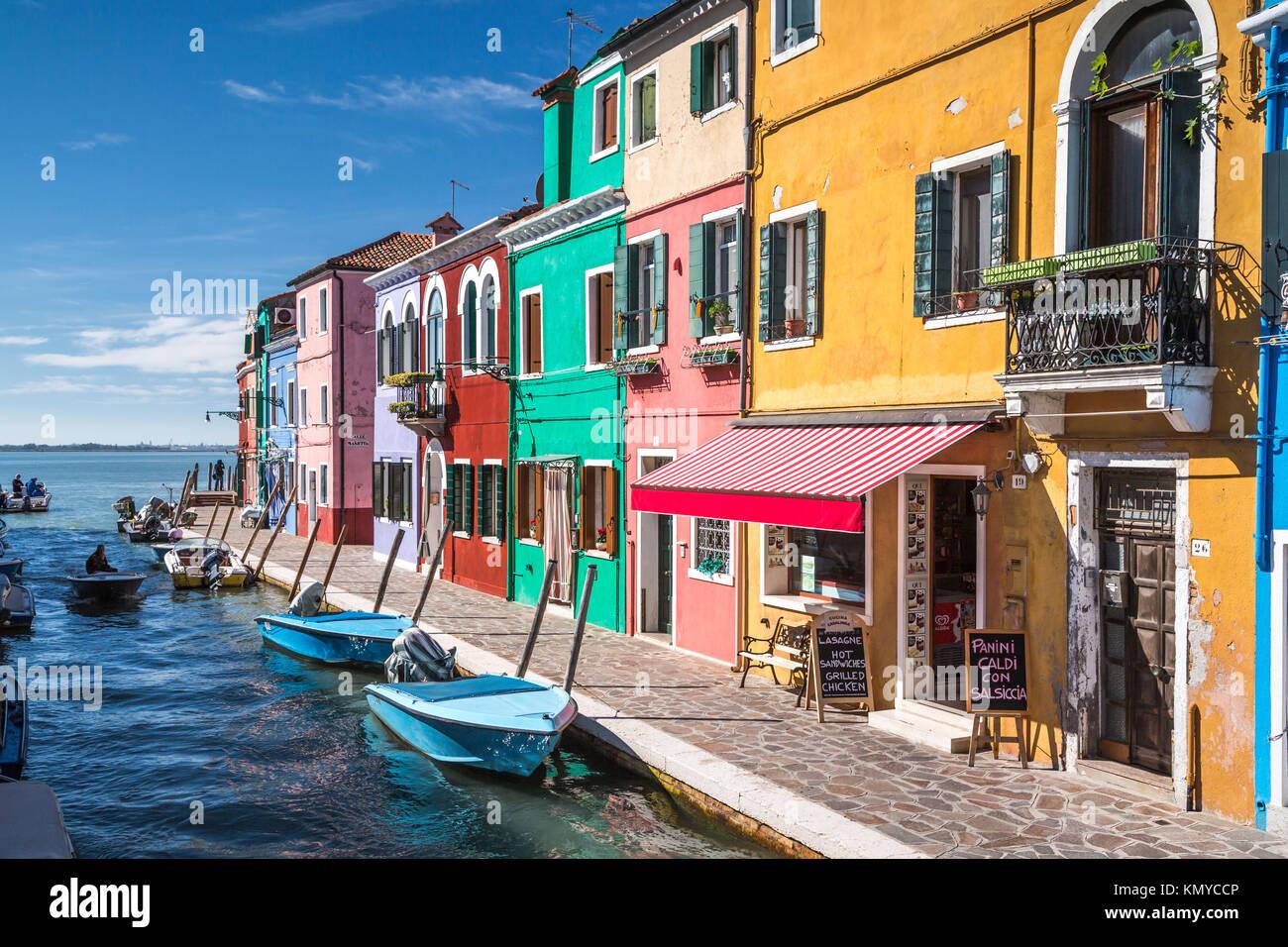 Die farbenfrohen Gebäude, Kanäle und Boote in der Venezianischen vlllage Burano, Venedig, Italien, Europa. Stockbild
