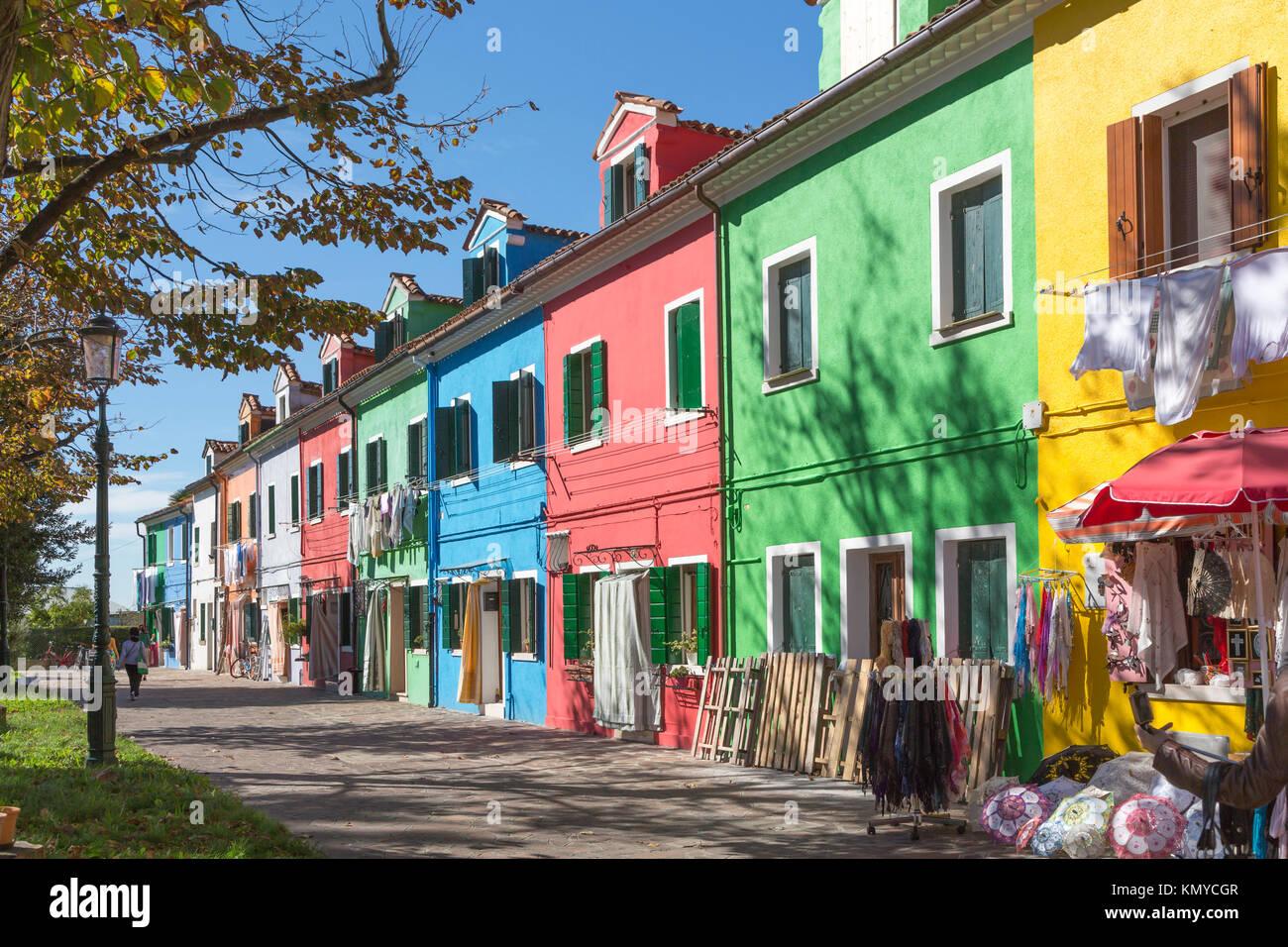Die farbenfrohen Gebäude, Kanäle und Boote in der Venezianischen vlllage Burano, Venedig, Italien, Europa. Stockfoto