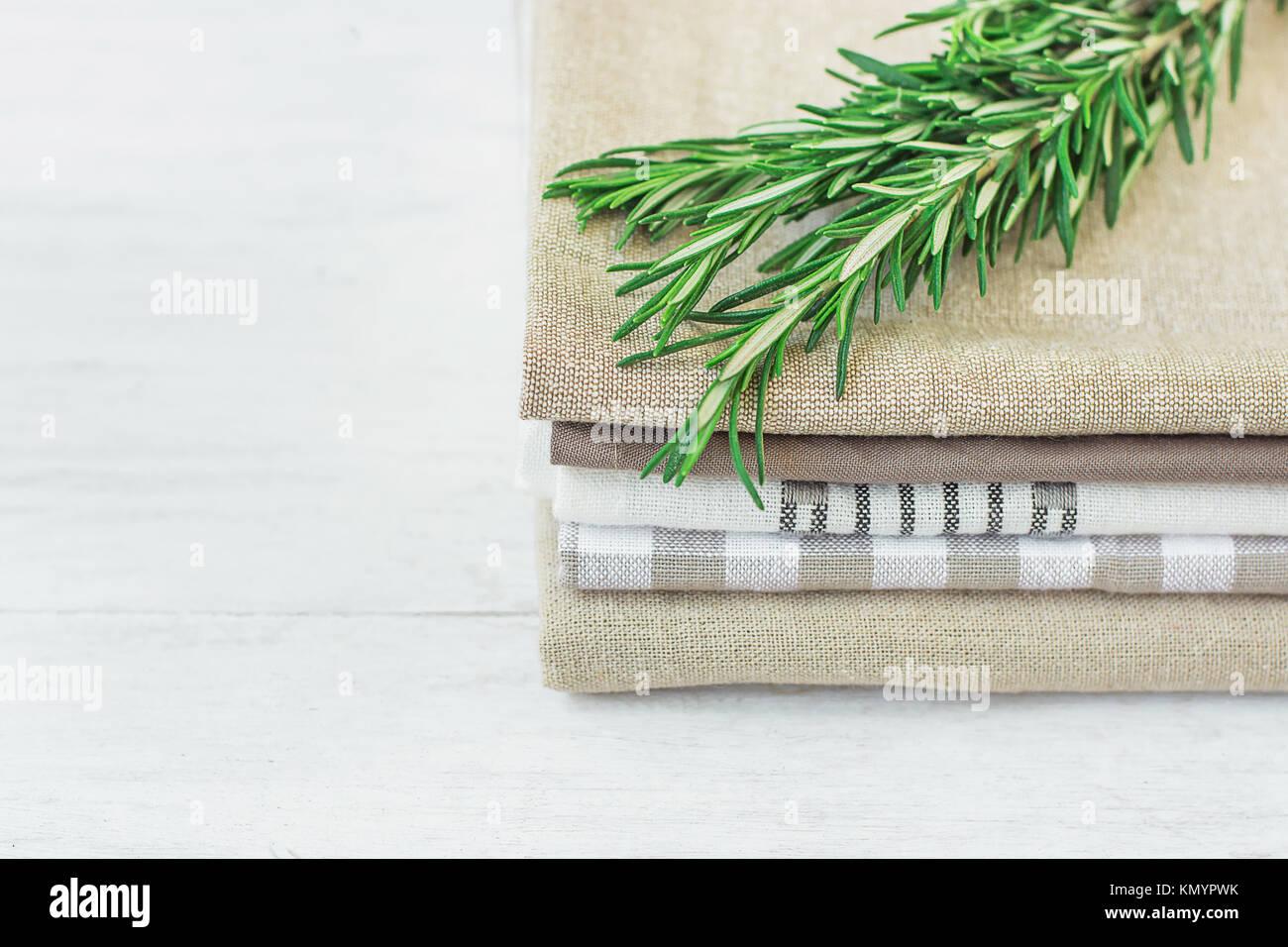 Stapel von Leinen und Baumwolle Handtücher Servietten frischem ...