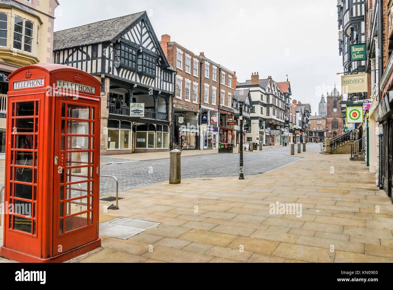 Typische rote Telefonzelle in Foregate Street in der Altstadt von Chester, Cheshire, North West England.   Typisch Stockbild