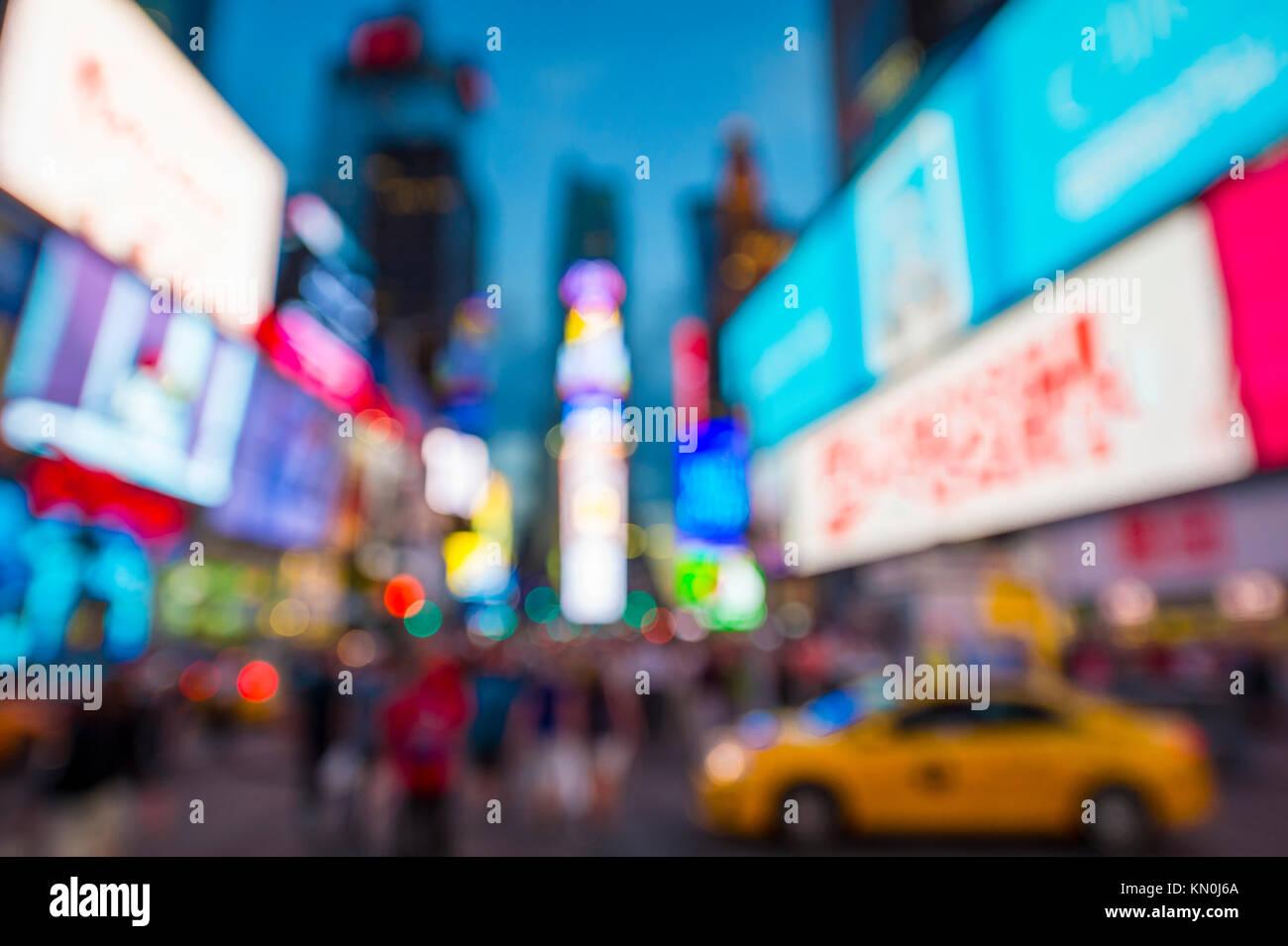 Defokussieren abstrakte Sicht auf den Times Square, signage, Verkehr, und vorweihnachtlichen Menschenmassen in der Stockfoto