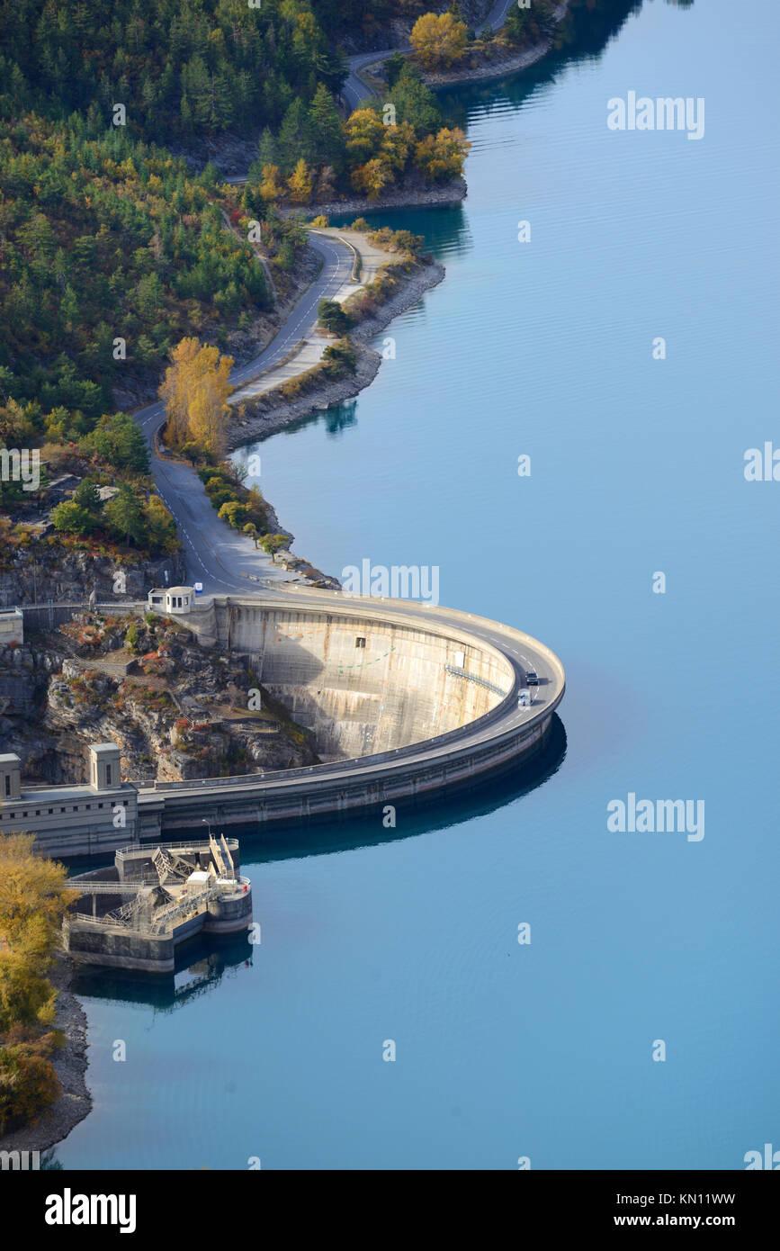 Luftaufnahme über den Damm oder Sperrfeuer auf See Castillon, zu generieren Hydro-Electric Strom, in der Nähe Stockbild