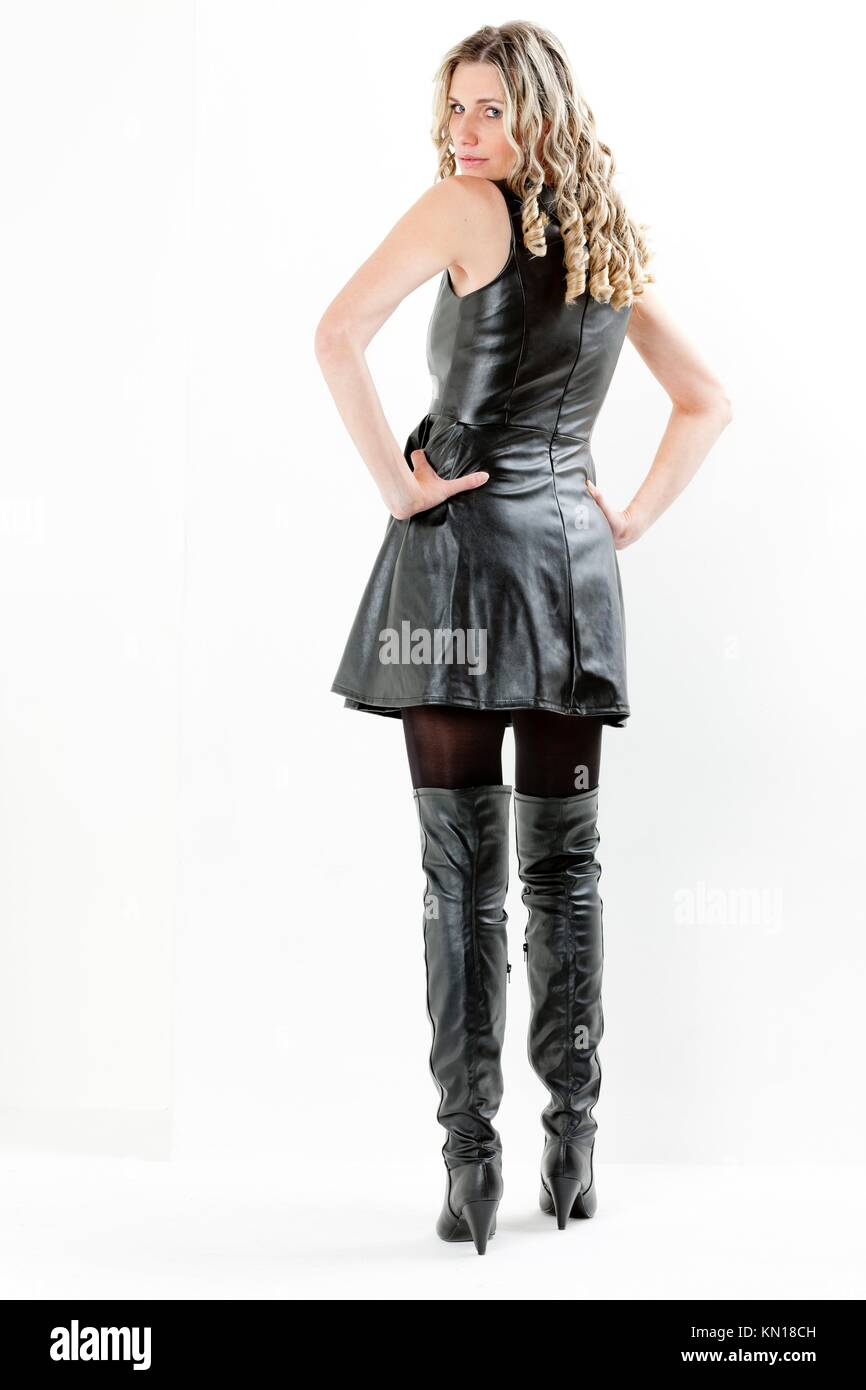 Frau Schwarzen Kleid Und Stehende Mit Stiefeln 76bfYgy