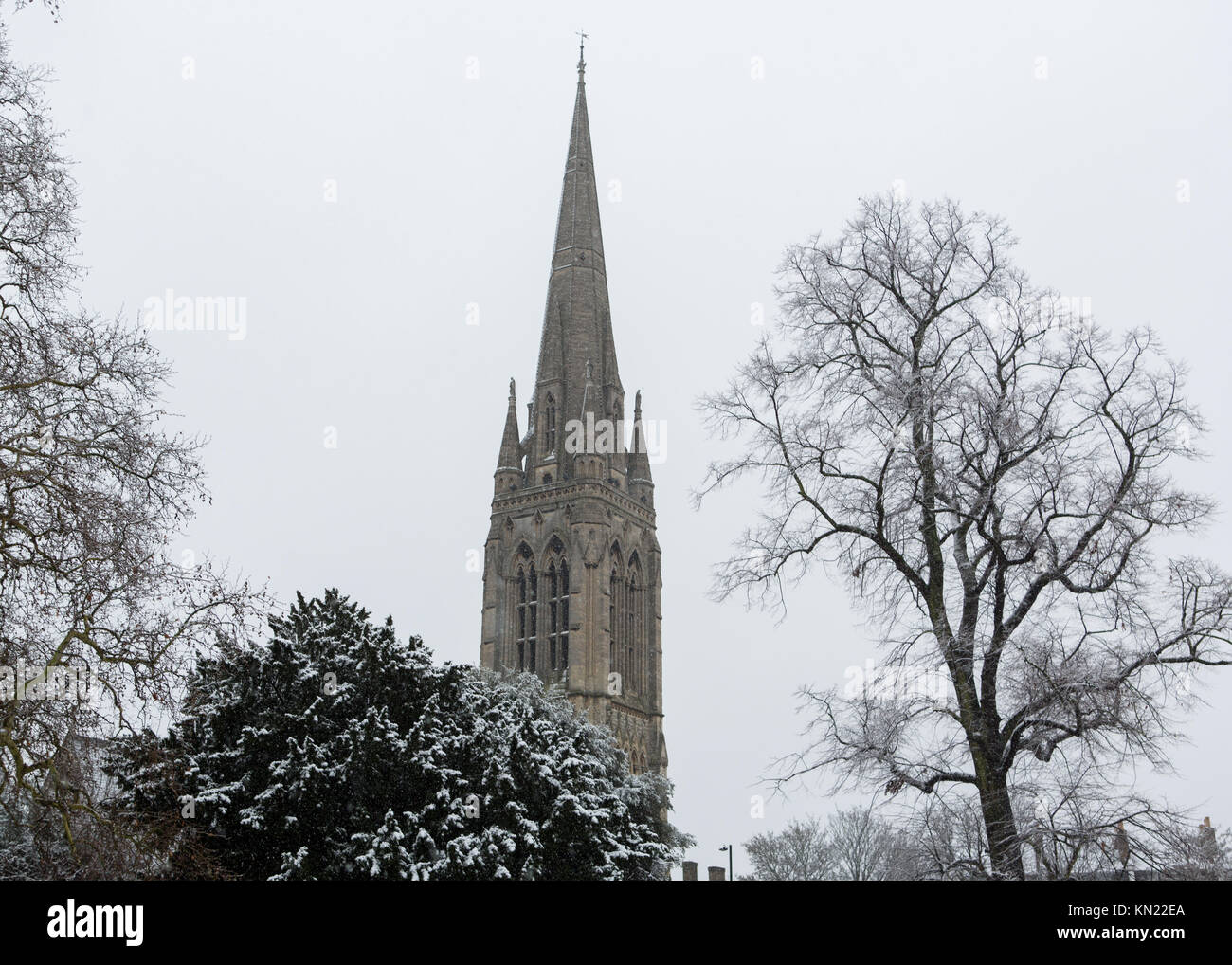 Stoke Newington, Hackney, London, UK. 10. Dezember, 2017. Schnee fällt in Stoke Newington, London. St Mary's Stockbild