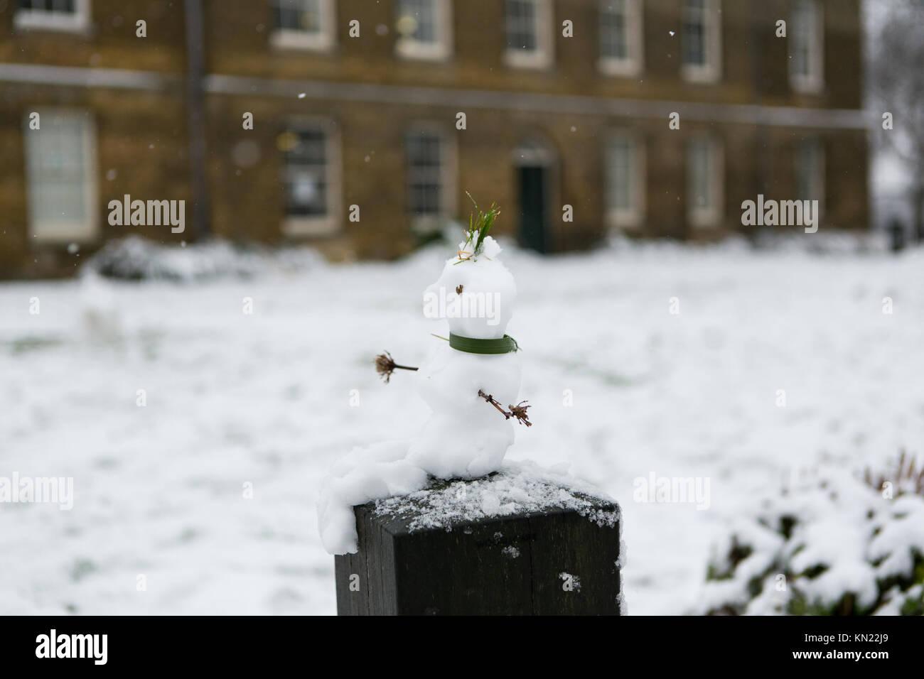 Stoke Newington, Hackney, London, UK. 10. Dezember, 2017. Schnee fällt in Stoke Newington, London. Schneemann, Stockbild