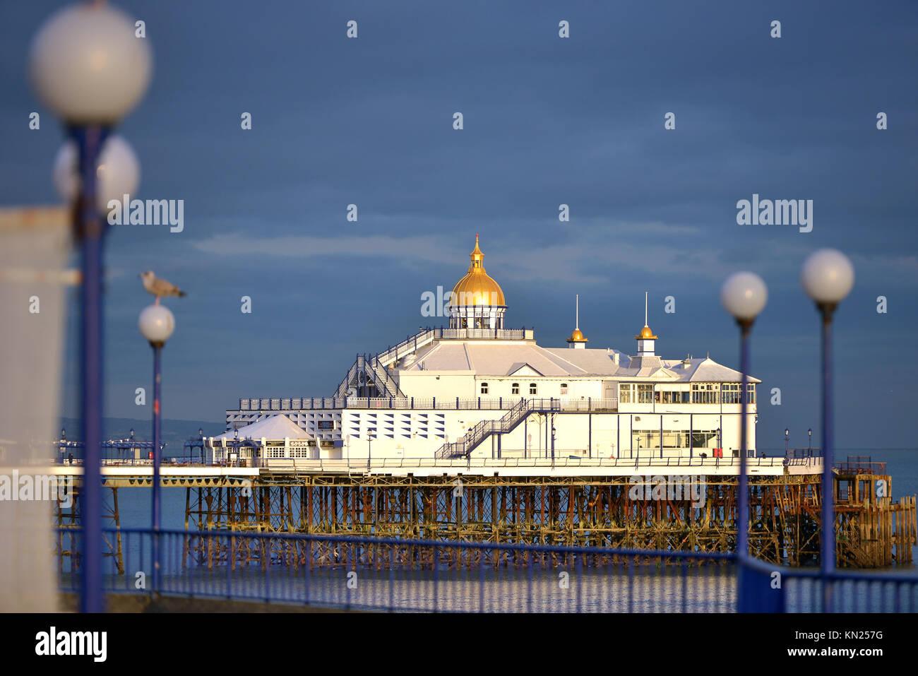 Eastbourne Pier bei Sonnenuntergang, East Sussex Stockbild