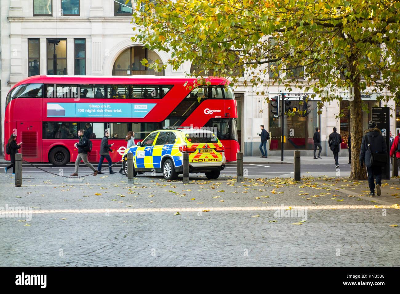 Stadt London Polizei Fahrzeug in St. Paul Kirchhof, London, UK geparkt Stockbild