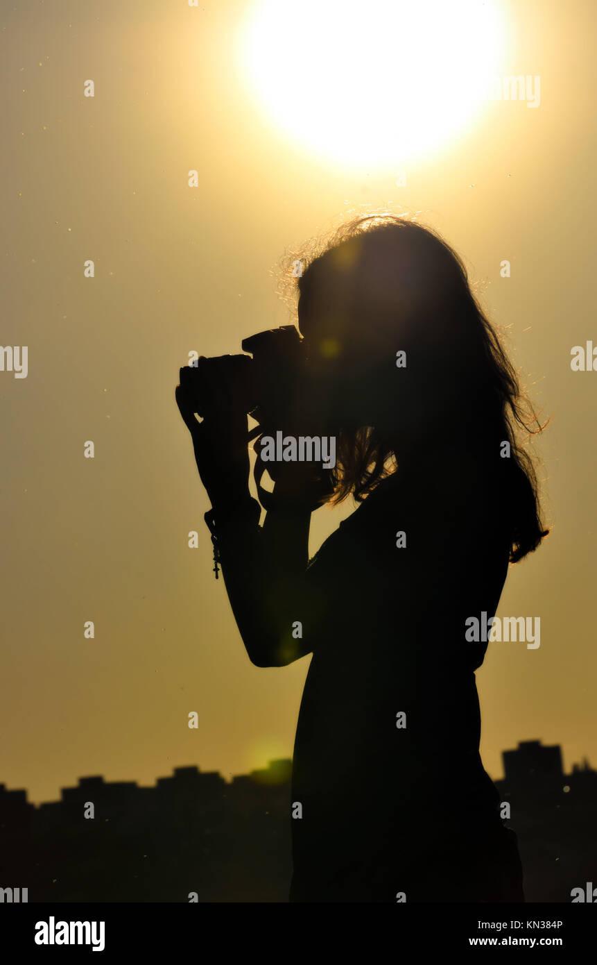 Silhouette von Mädchen am Sonnenuntergang Hintergrund in der Aufnahmezeit isoliert. Stockfoto