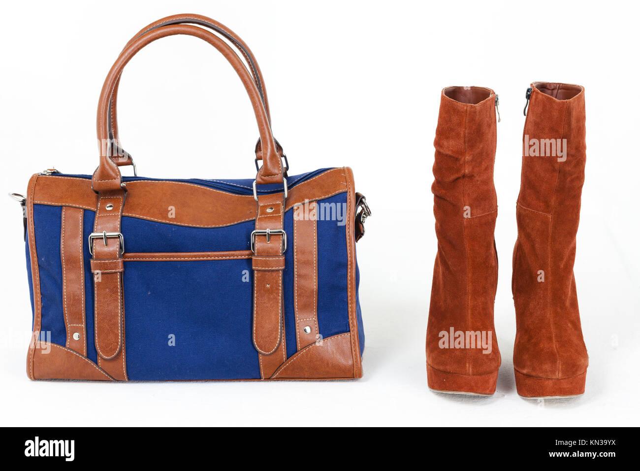 2cee25af3f Modische Plattform braune Schuhe mit einer Jeans Handtasche. Stockbild