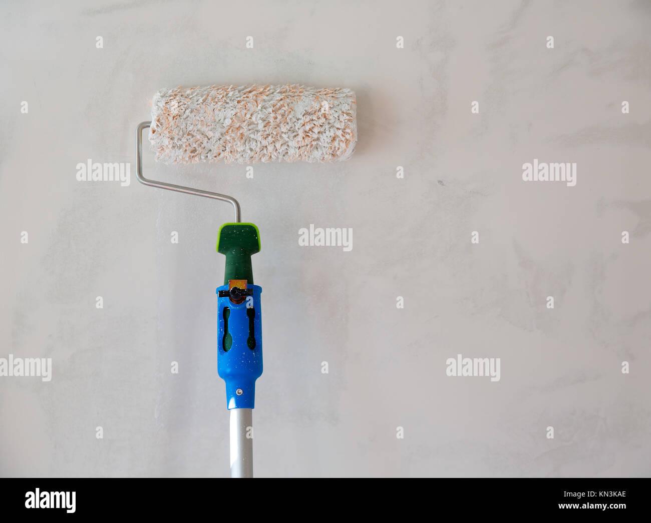 farbroller für malerei wand nach dem verputzen plaste stockfoto