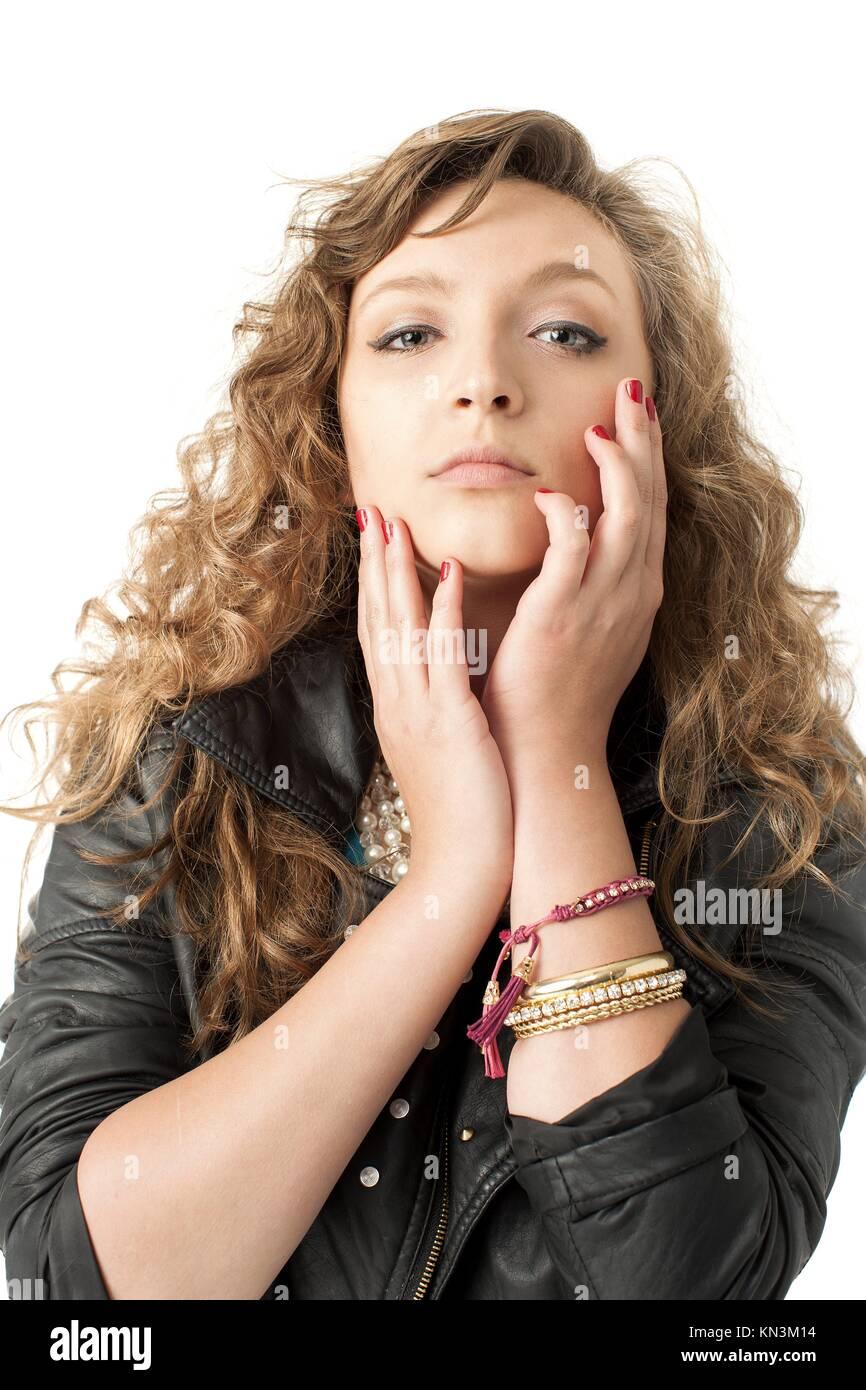 Junge Frau in schwarzem Leder Jacke hat beide Hände bis zu ihrem Gesicht,  Kopf nach 74cc37dbff