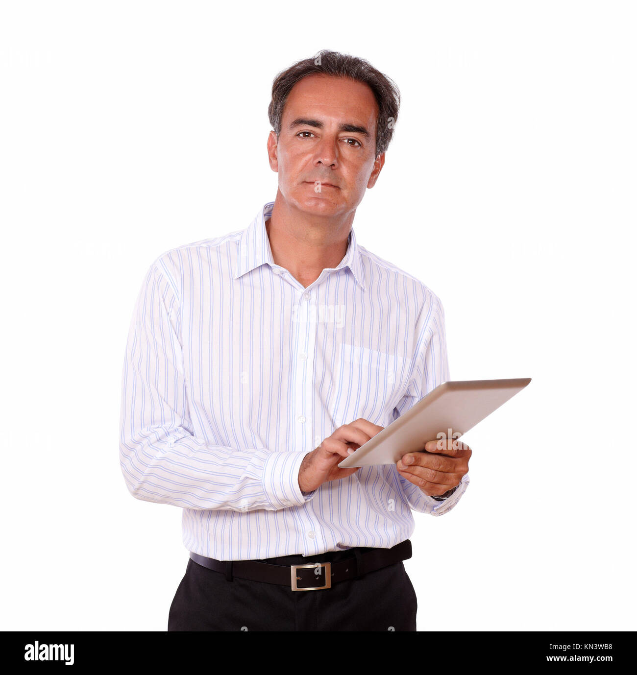 Porträt einer ausgeklügelten man mit seinem tablet pc beim Stehen und suchen Sie auf isolierten Studio. Stockbild