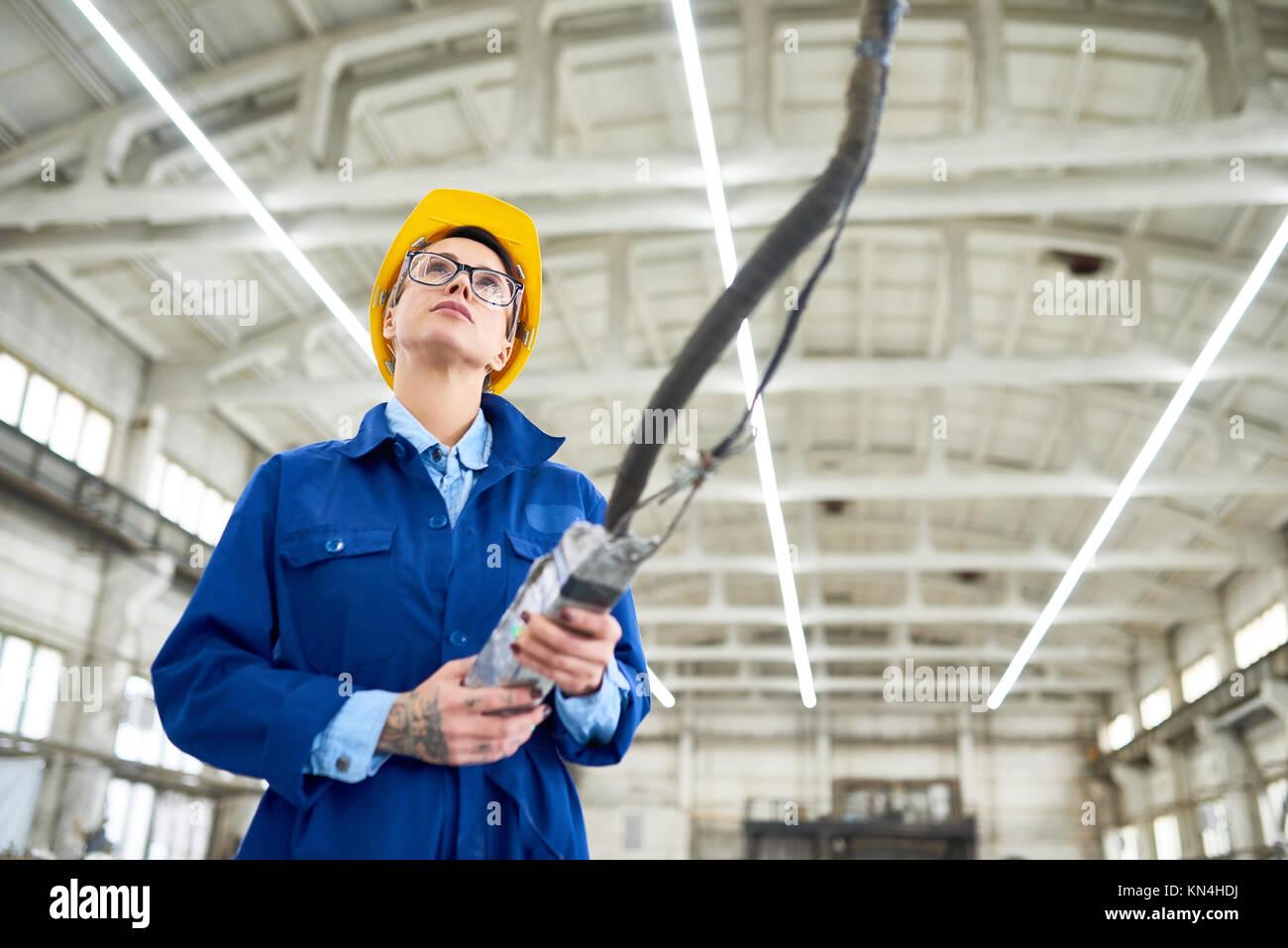 Portrait von ziemlich Maschinenbediener bei der Arbeit Stockbild