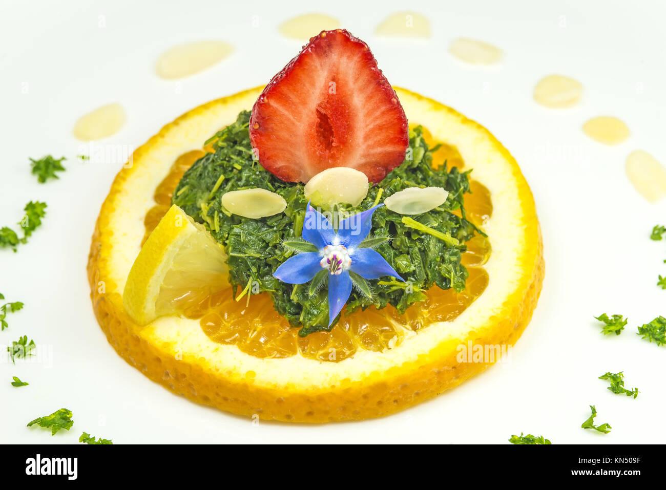 Salat von Grünkohl mit Erdbeeren. Stockbild