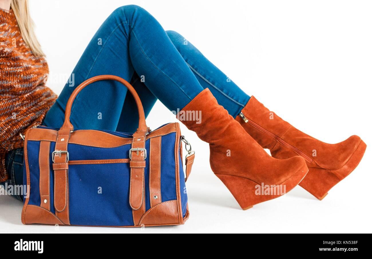 a025656500 Details der Sitzung Frau das Tragen modischer Plattform braune Schuhe mit  einer Handtasche.