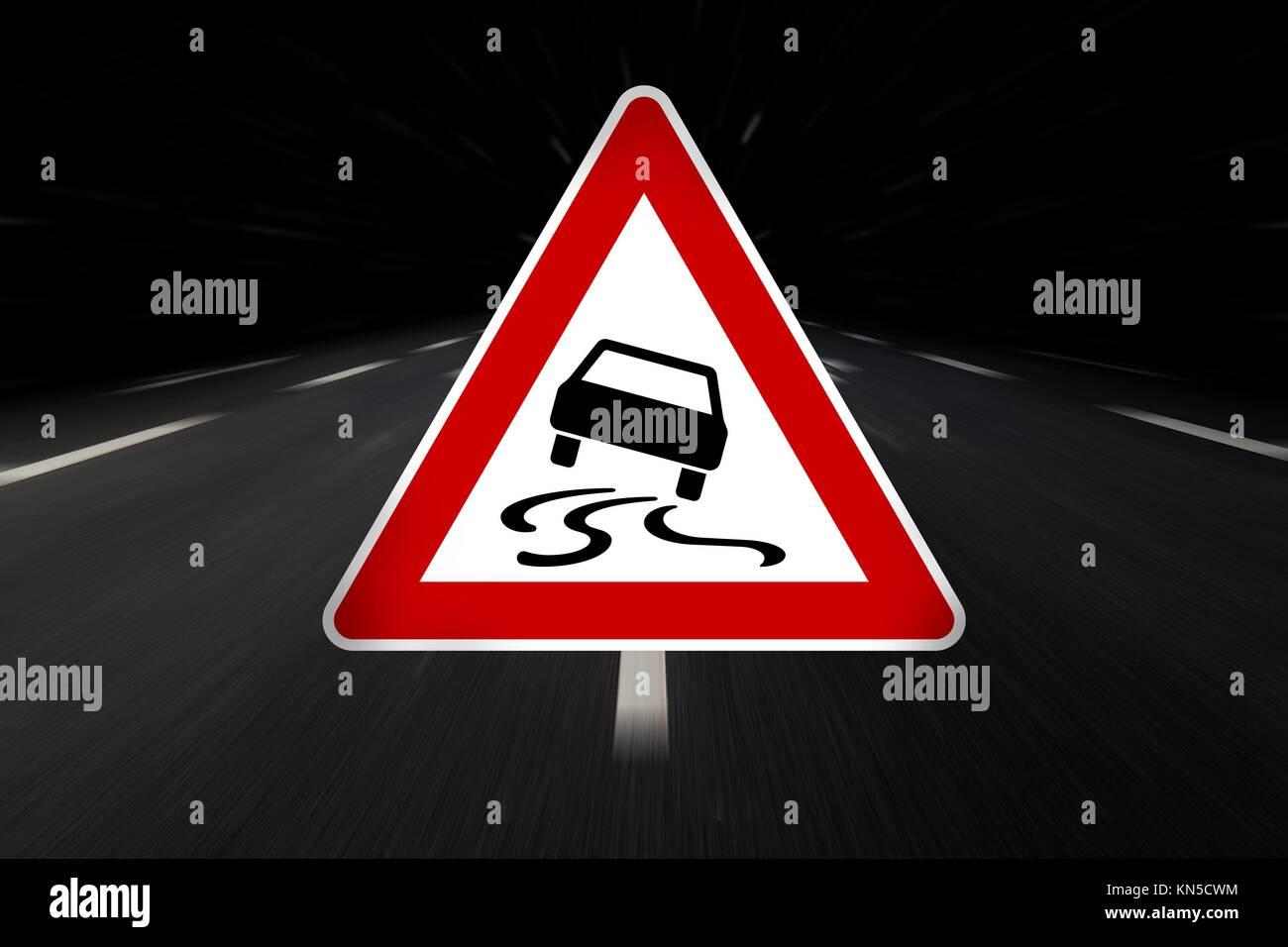 Slip Warnschild auf Asphalt. Stockbild