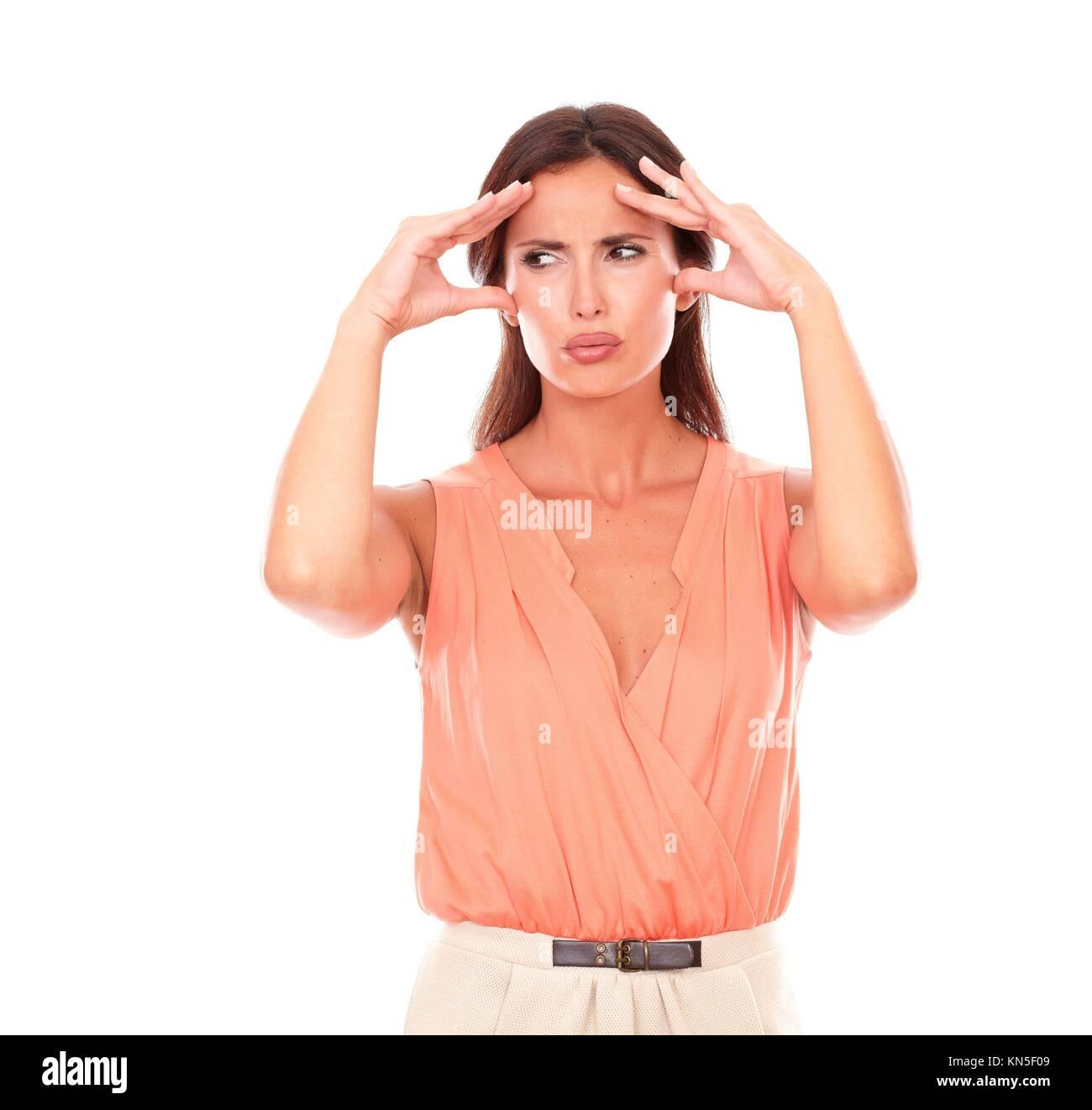 Schöne Frau leidet unter Migräne mit Hand auf den Kopf und Suchen zu Ihrer Rechten in weißen Hintergrund Stockbild