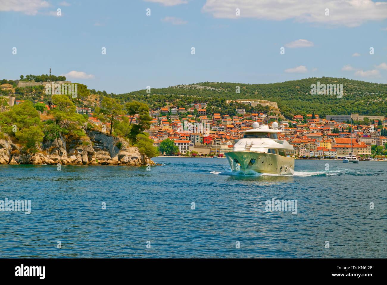 Motor Cruiser mit der Stadt Sibenik darüber hinaus. Dalmatien, Kroatien. Stockbild
