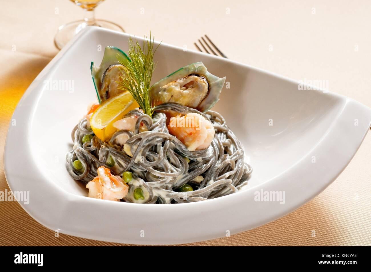 Frische Meeresfrüchte schwarzes Tintenfisch gefärbte Spaghetti pasta typisches italienisches Essen. Stockbild