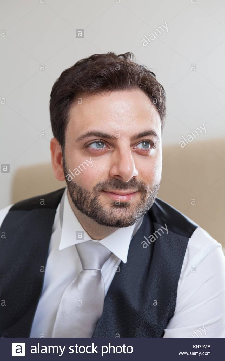 Dunkelbraune haare grune augen mannlich