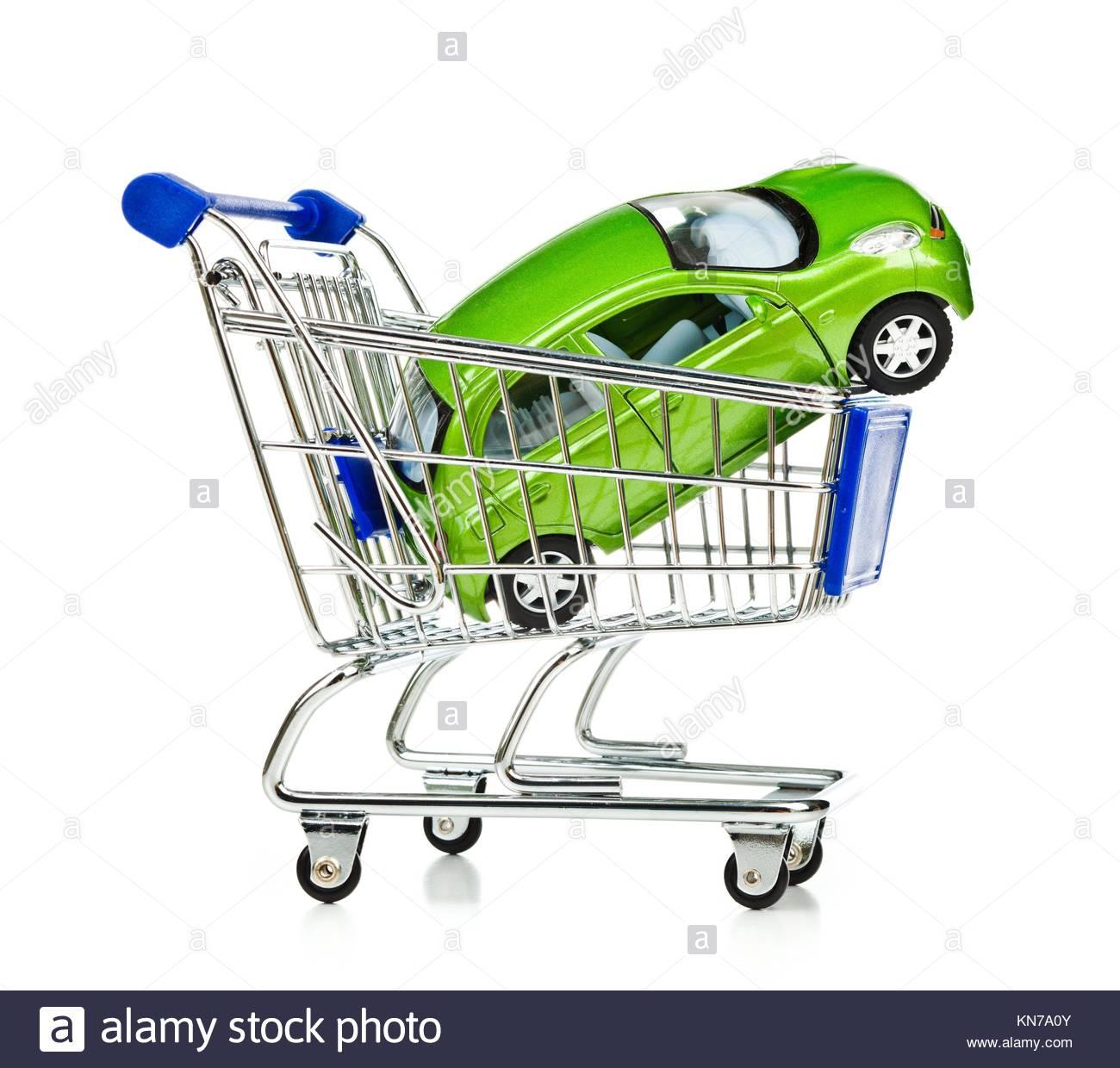 Warenkorb mit grünen Auto auf weißem Hintergrund. Stockbild