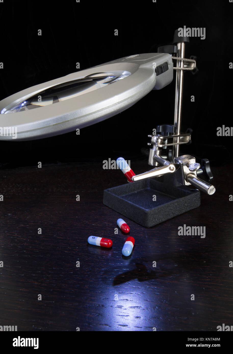 Präzision Lupe mit LED-Handlampe Inspektion Medikation Kapseln Stockbild