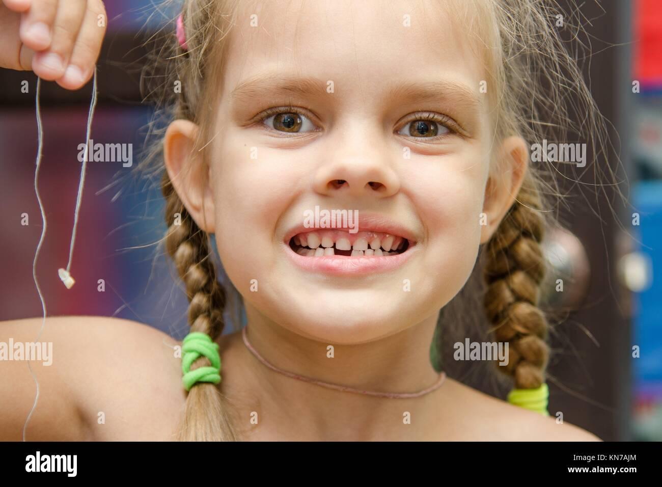 Sechs Jahre altes Mädchen ihre Milch Holding hatte der unteren ...