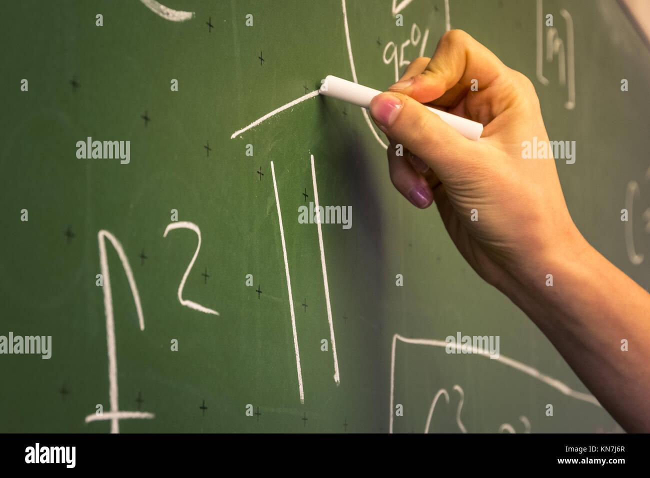 Weibliche Hand Lehrer Schreiben auf grüner Tafel Professor ...