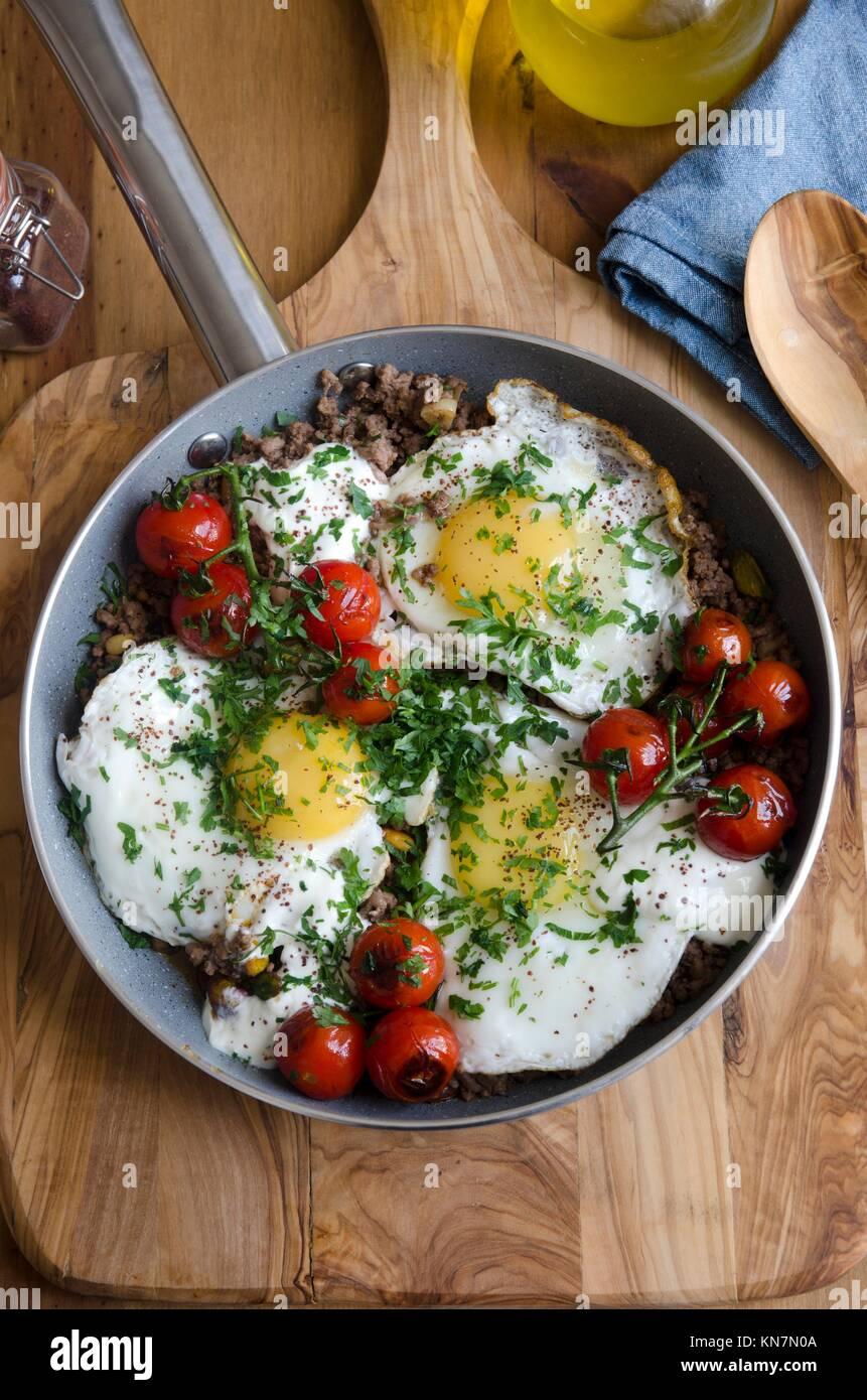 Geschmorte Eier mit gehacktem Lammfleisch, Tahini und sumac. Stockbild