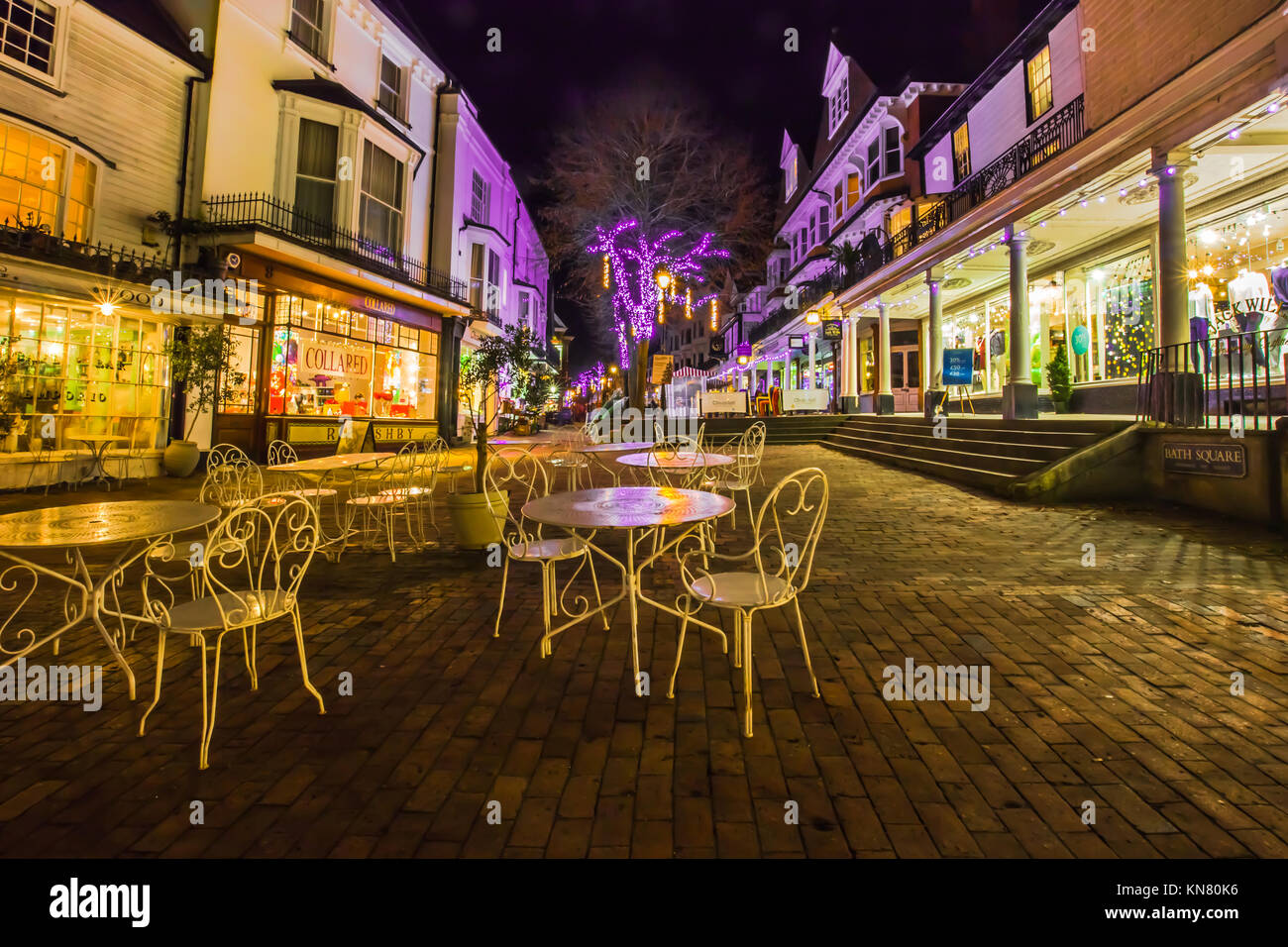 Royal Tunbridge Wells die Dachpfannen Dämmerung Abend dunkel mit shop Lichter und weihnachtliche Lichter Dezember Stockbild