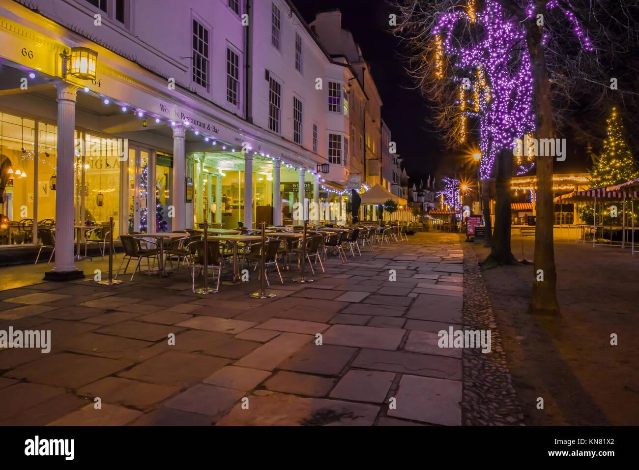 Royal Tunbridge Wells die Dachpfannen Fußgängerzone Kolonnade Dämmerung Abend dunkel mit shop Lichter Stockbild