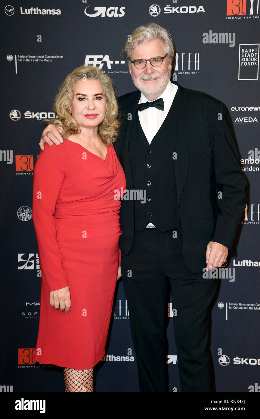 Peter Simonischek und seine Frau Brigitte Karner nehmen an der 30. European Film Awards 2017 im Haus der Berliner Festspiele am 9. Dezember 2017 in Berlin, Deutschland. Stockfoto