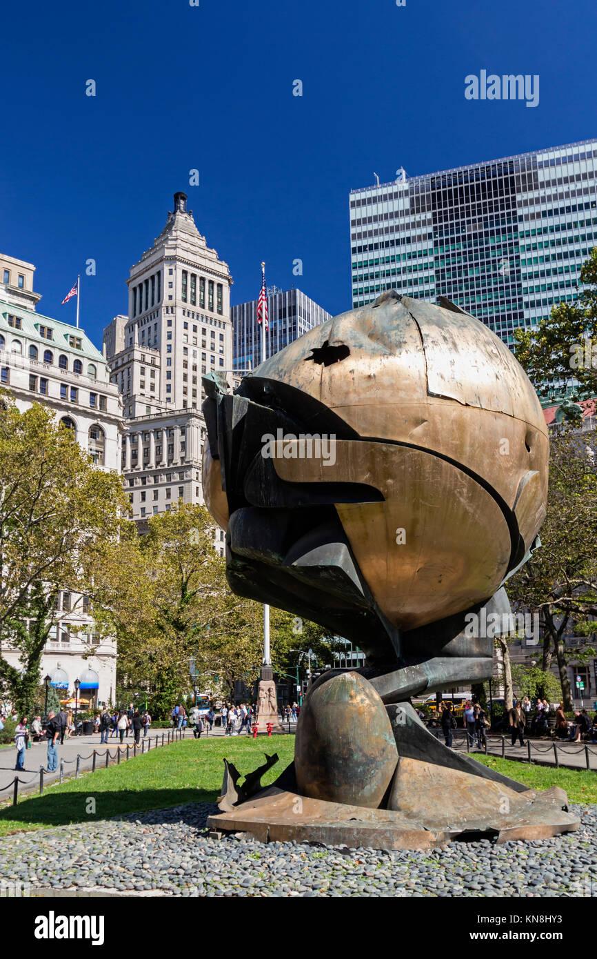 Die Kugel-Sculture in Batterie Park, Financial District von Manhattan, New York Stockbild