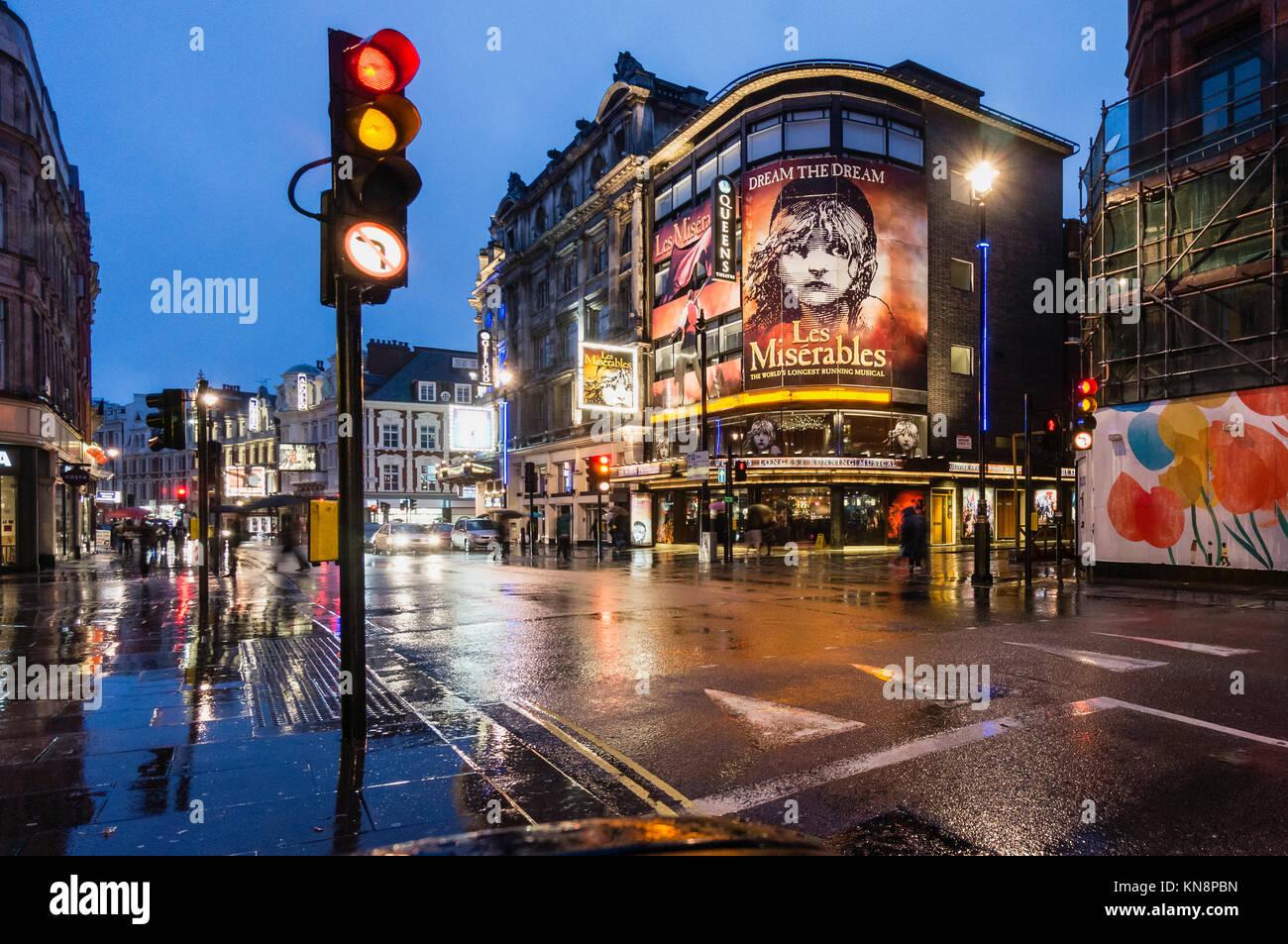 Les Miserables, Queens Theatre, Shaftesbury Avenue, West End, Regen, London, UK Stockbild